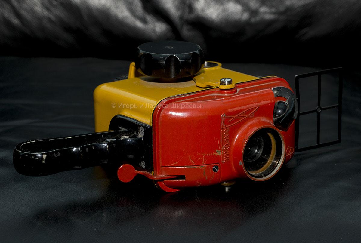Советская кинокамера «Экран» и бокс для подводной съемки «Дельфин»